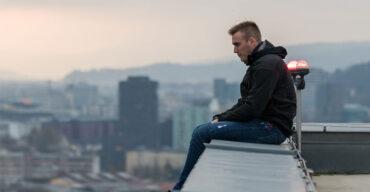 Homem em processo de luto por suicídio
